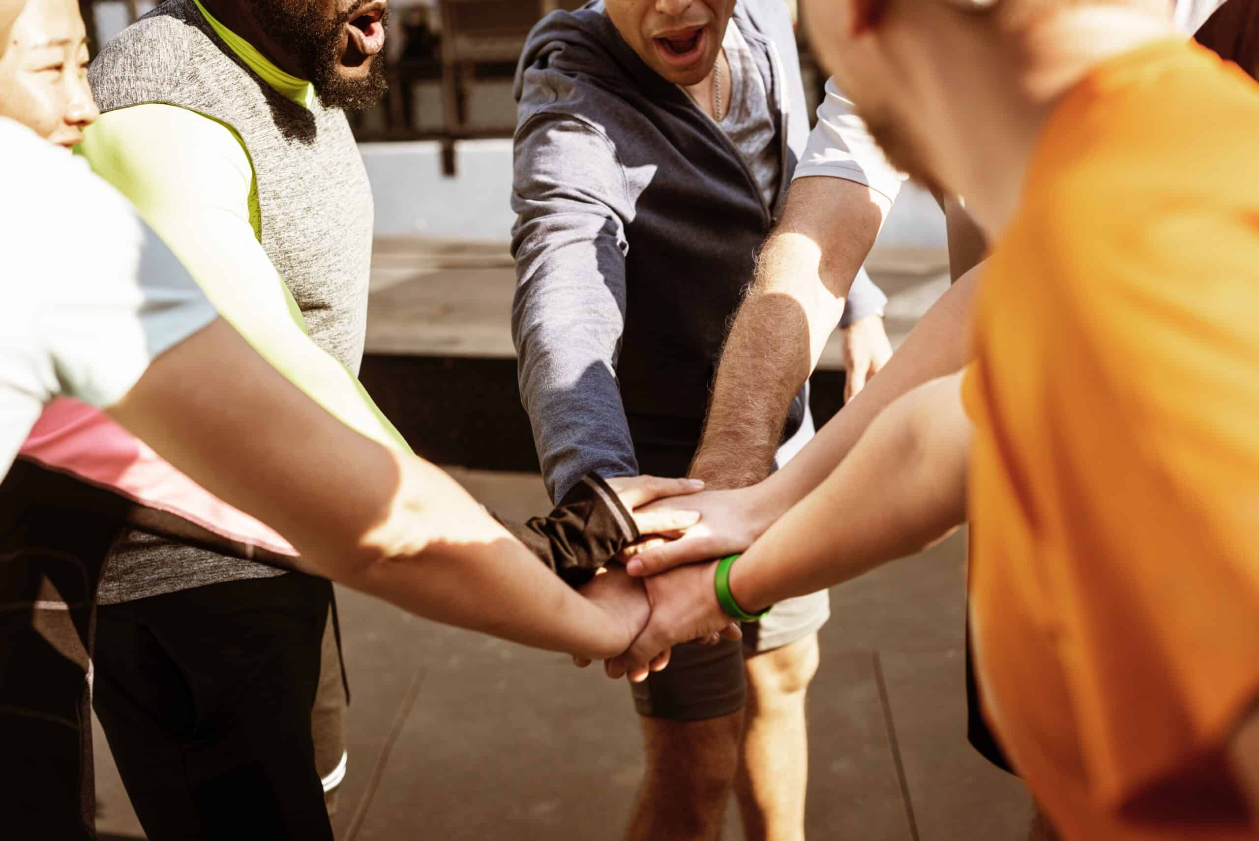 action activity adults 1246953 scaled - Tips voor een gezonde werkomgeving op kantoor!