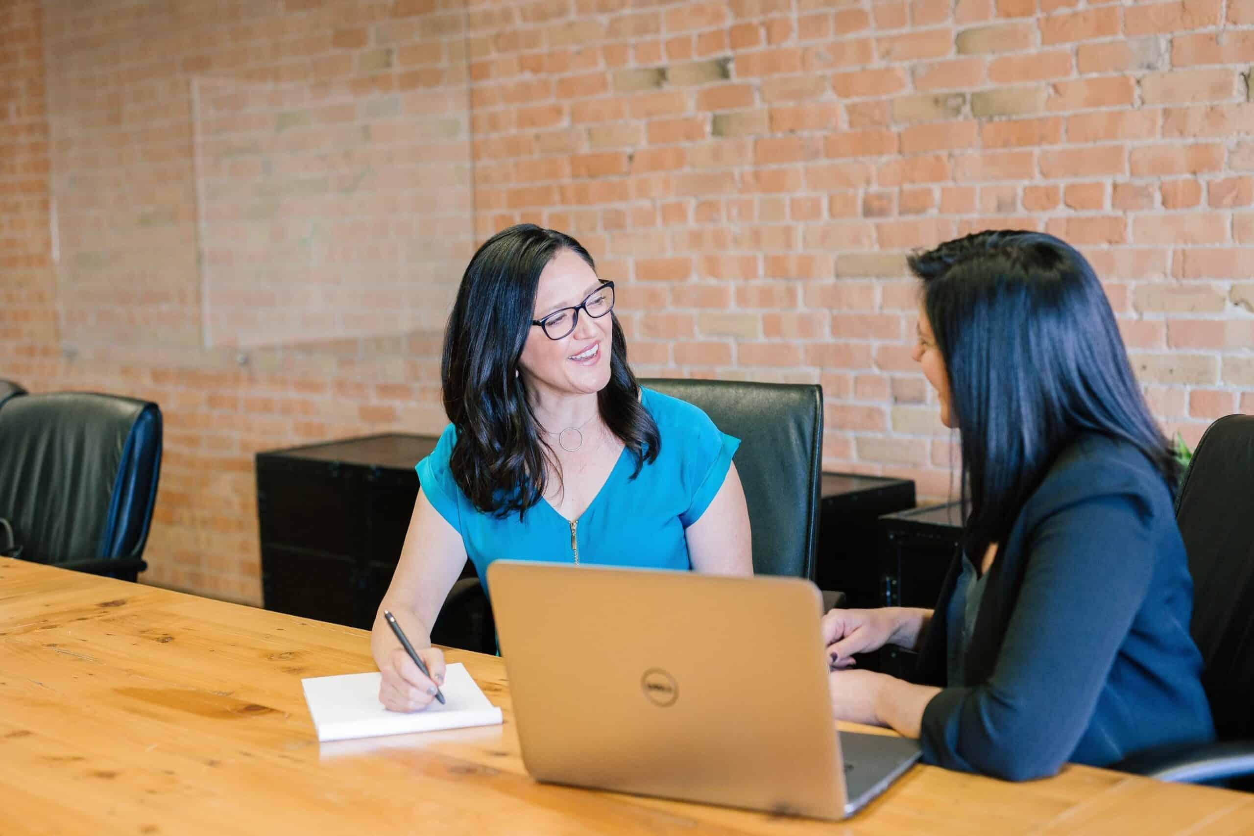 amy hirschi JaoVGh5aJ3E unsplash 1 scaled - Tips voor een gezonde werkomgeving op kantoor!