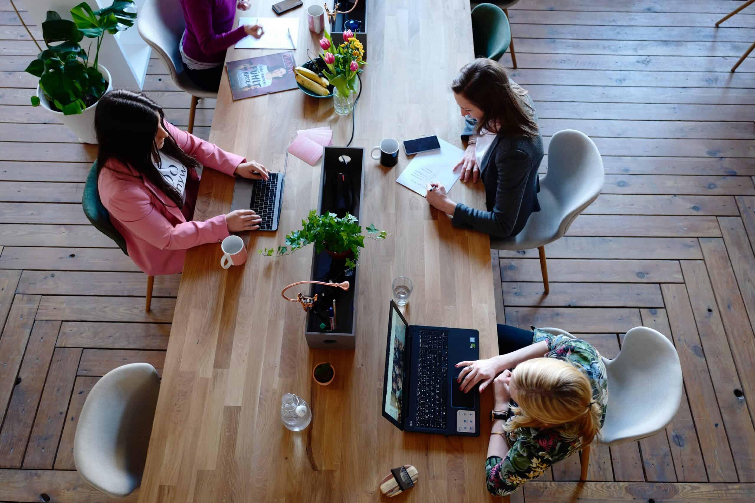 pexels cowomen 2041627 scaled - Tips voor een gezonde werkomgeving op kantoor!